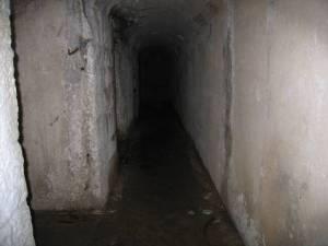 corridoio buio angusto terrificante