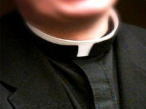 padre prete chiesa