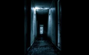 101946_koridor_temnota_dveri_razvaliny_mrachno_1920x1200_(www.GdeFon.ru)